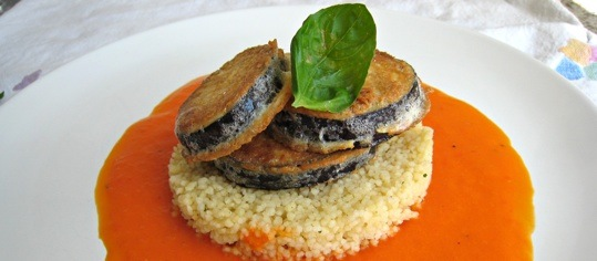 Auberginen-Piccata auf Couscous mit Peperonisauce