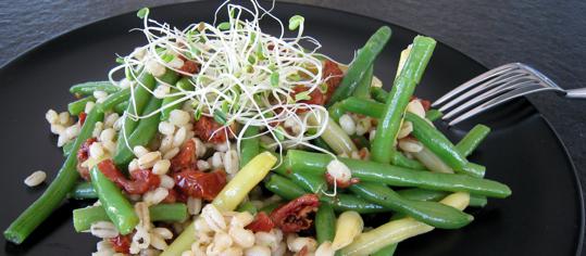 Bohnen-Gersten-Salat mit Dörrtomaten an Senfdressing