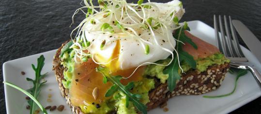 Pochiertes Ei auf Avocado-Lachs-Brot