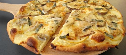 Steinpilz-Pizza mit Birnen und Vacherin Mont-d'or