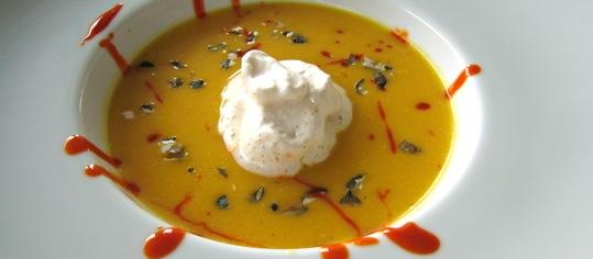 Sämige Kürbis-Lauch-Suppe mit Vanillerahm und Rüeblireduktion